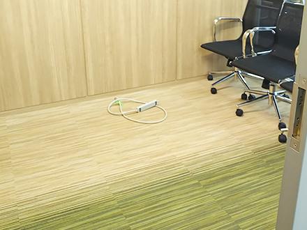 東京都港区のNo.1オフィスデザインのオフィス移転 木目とグリーンを合わせたカーペット